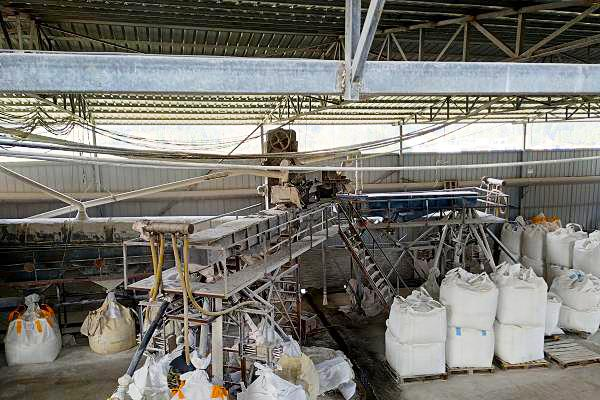 Quartz stone slab sand processing